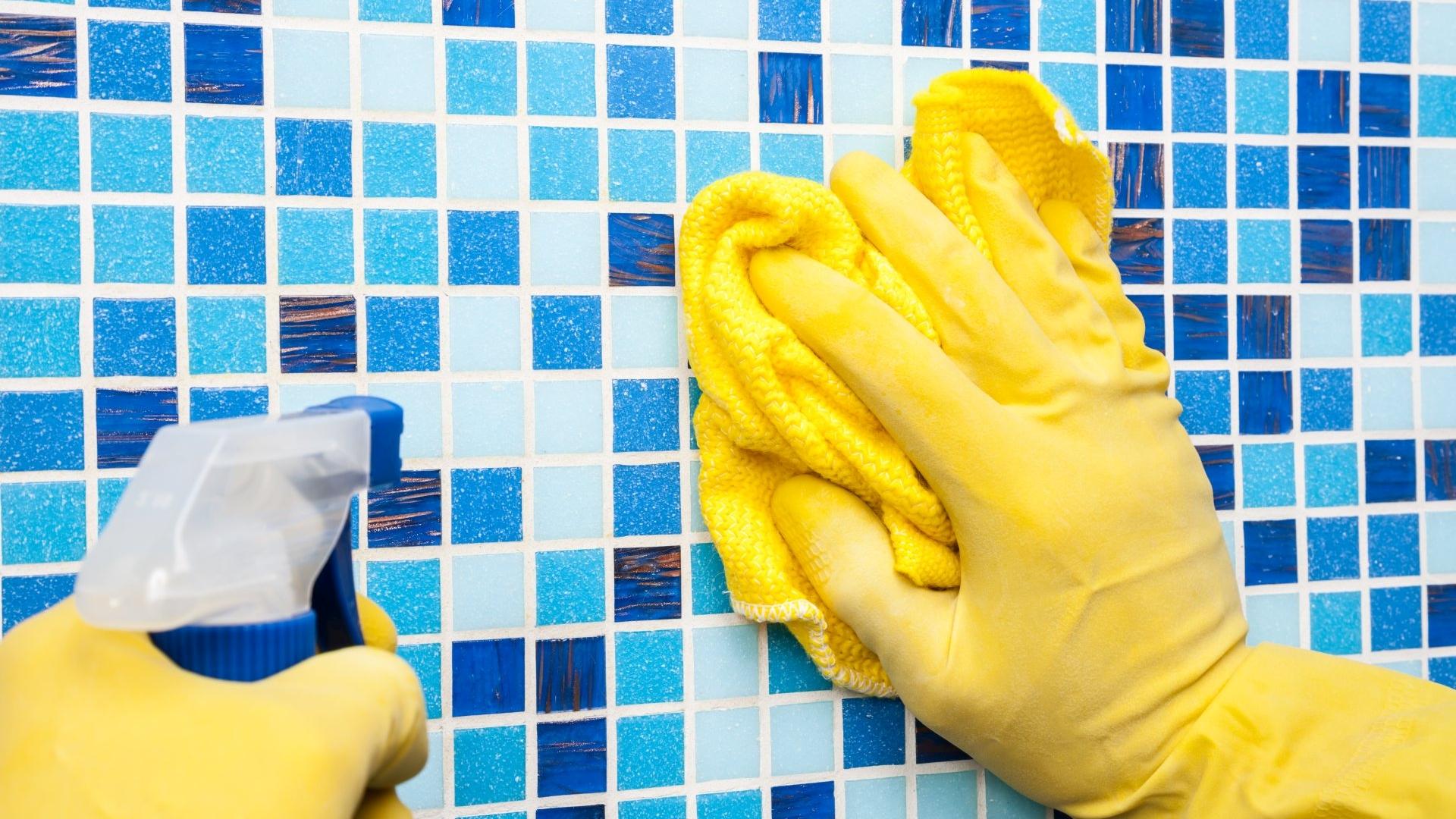 Jak szybko i skutecznie wyczyścić płytki łazienkowe?